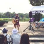 立川いったい祭りに参加した立川のギター教室、アルファノートミュージックスクールの生徒、三宅遥 (アーティスト育成・作曲コース)による演奏